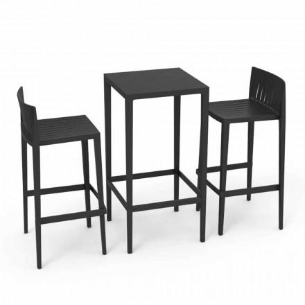 Vondom Spritz har havemøbler og to sorte afføring